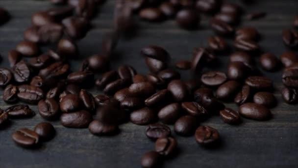 kávová zrna na dřevěném pozadí