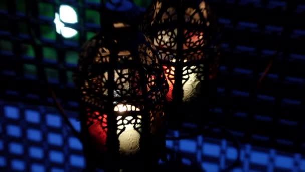Tradiční dekorativní Arabské lampióny s hořící svíčky