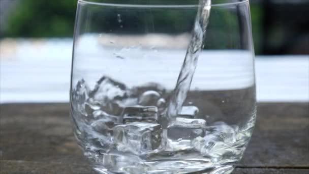 Wasser im Glas im Glas mit Eis