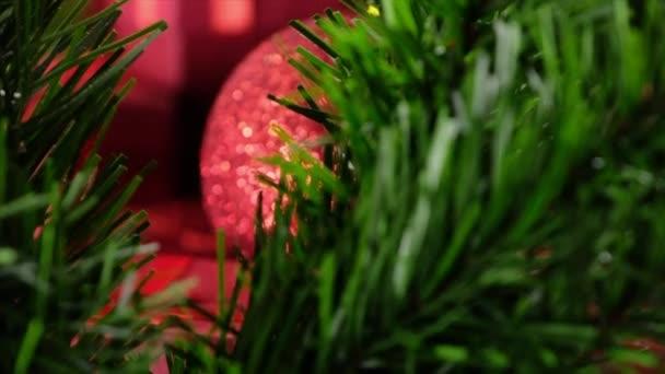 Červené vánoční ozdoby a dárky