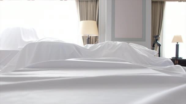 Prachovka bílá tkanina zahrnující nábytek v místnosti