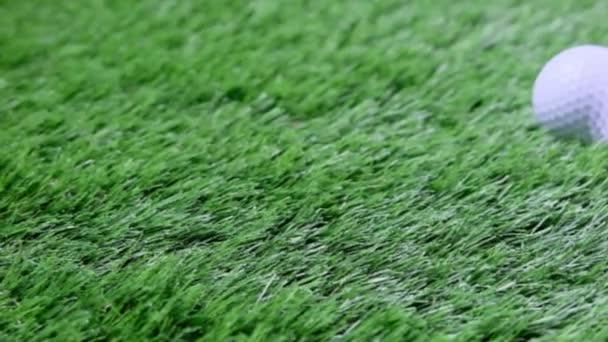 Golfové míčky na čerstvé zelené trávě. Zavedení shot.