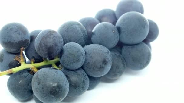 Friss szőlő gyümölcs felett fehér háttér