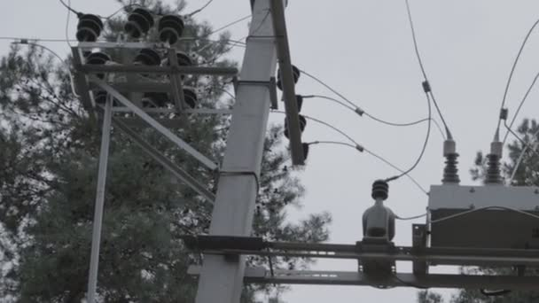 villanypóznák. transzformátor és áramkör megszakító. elektromos vezetékek és tartószerkezetek