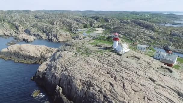 Video von Lindesnes Leuchtturm im Sommer, Süd-Norwegen. Luftaufnahme. Felsigen Meer Küste und blauer Himmel.