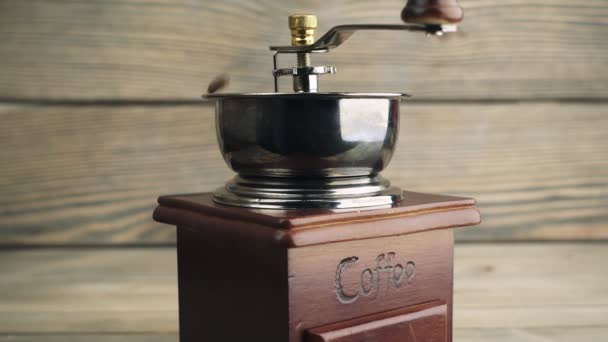 mele kávu na mosazné ruční mlýnek