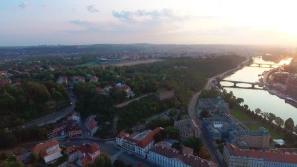 Letecký pohled na Prague city a řeky Vitava na den