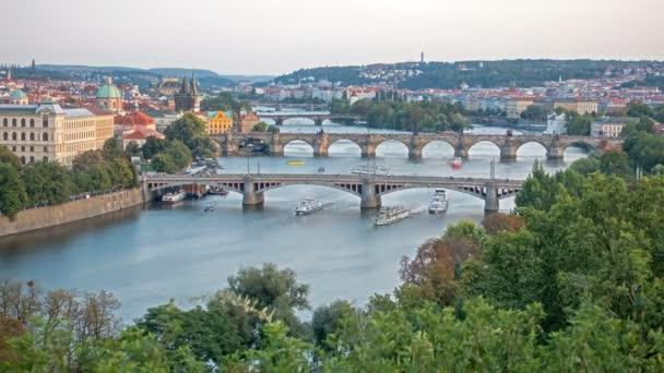 V Praze včetně Karlova mostu přes řeku Vitava České republiky při západu slunce - časová prodleva. den do noci. , Evropa