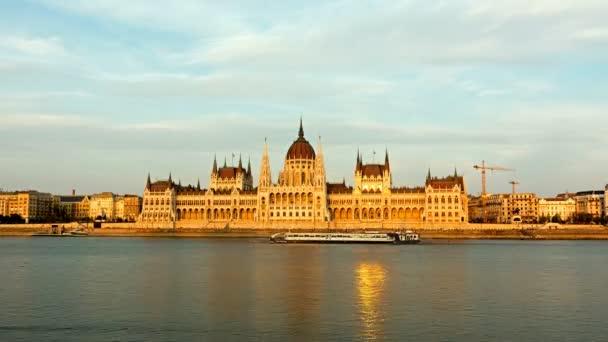 Budapest - Parlament a naplemente - idő telik el. nap éjszaka. Magyarország