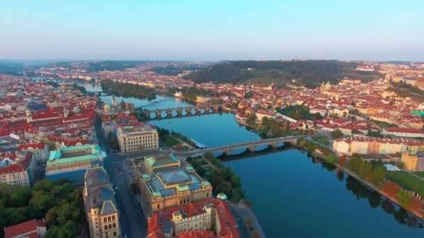 Pohled shora na panoráma Prahy, let nad městem, top view, řeka Vltava, Karlův most