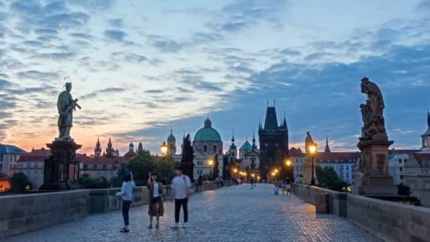 Karlův most v Praze před východem slunce, Čechy, Česká republika. Rudá obloha