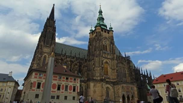 Katedrála svatého Víta timelapse v Praze obklopené turistů. V Pražský hrad a obsahující náhrobky mnoha českého krále a císaře Svaté říše římské.