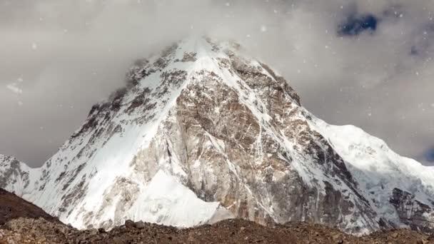 Pohled na zasněžené skalní hor v Nepálu