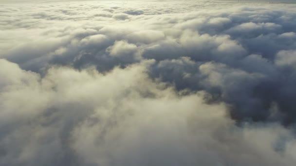 Pohled na mraky z letadla. létání nad zemí