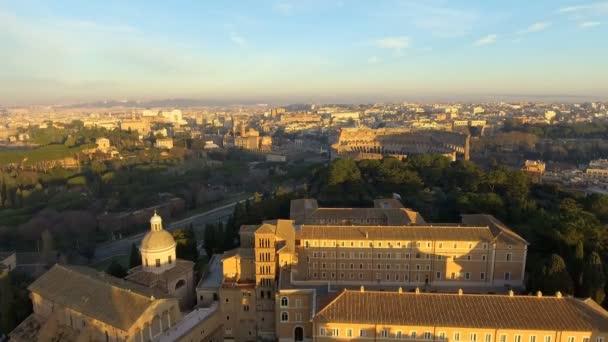 Volando sopra il Colosseo, Roma, Italia. Veduta aerea della Roman Coliseum alba. Bellissima vista del famoso punto di riferimento italiano, icona di corsa