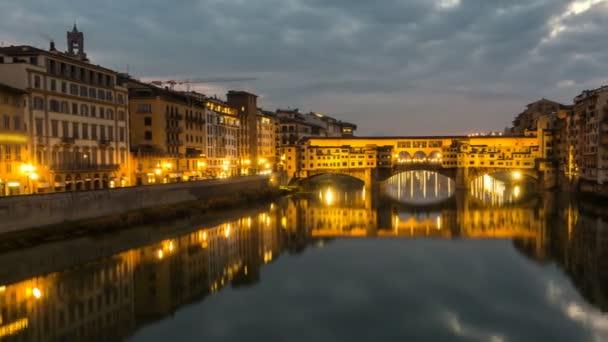 Noční Timelapse Ponte Vecchio při západu slunce, Florencie, Toskánsko, Itálie