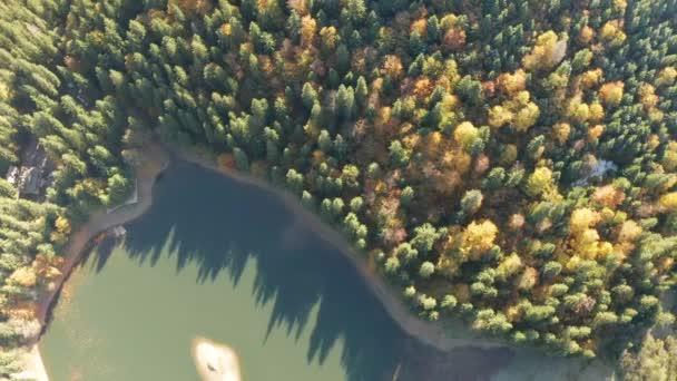 velké jezero uprostřed hor během podzimu
