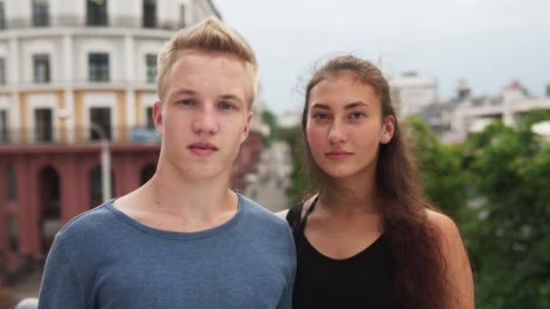 Multietnické mládež při pohledu kamery na ulici v letním dni