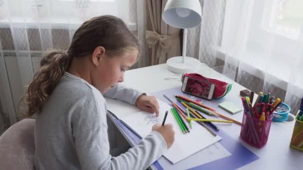 Aranyos kislány rajz virág távoli képernyő smartphone otthon
