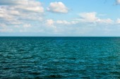 krajina s mraky na modré obloze na pozadí