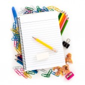Jegyzetfüzet, ceruza és radír, feküdt a színes iskolai kellékek, fehér háttér