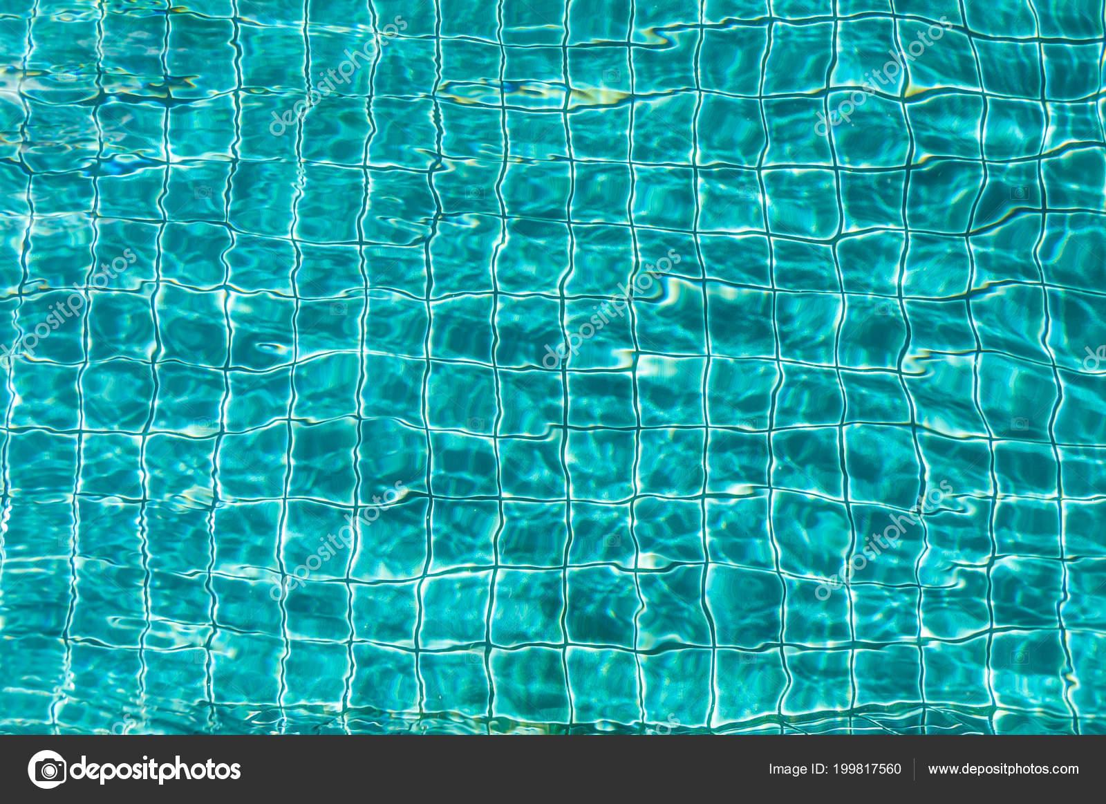 99adb40e4d666a Transparante Oppervlak Van Blauw Water Zwembad — Stockfoto © gluber ...