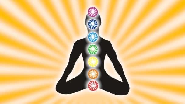 Jogín v lotosové pozici na pozadí rotující paprsky slunce. Jemné citlivé ornament. Video