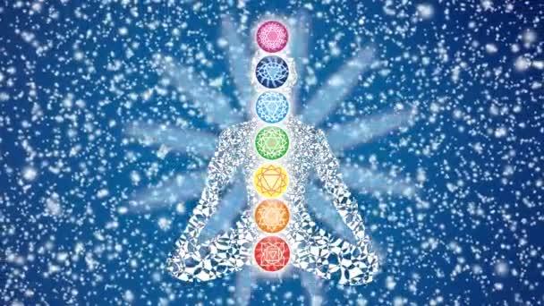 Silueta jógy v lotosové pozici na pozadí rotující hvězdné oblohy a okvětních lístků mandaly. Barevné čakry a tělová jóga jsou také v rotaci. Video. Bezešvé smyčky