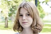 Aranyos szőke lány tizennégy éves portréja