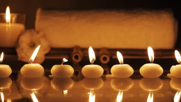 Lázně Zátiší s aromatické svíčky, květiny a ručník