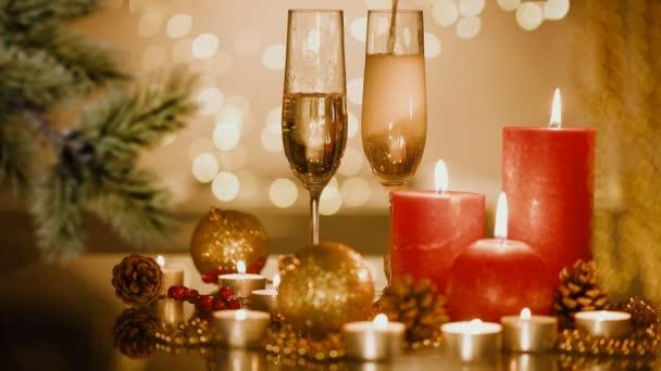 Karácsonyi és újévi ünnep beállítása pezsgővel. Ünnepe. Holiday dekorációk.