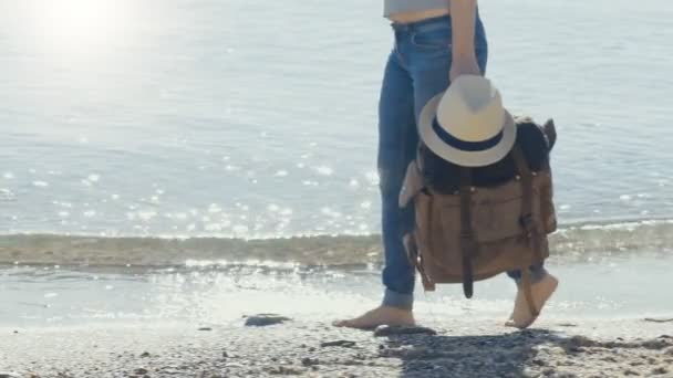 Nő utas a hátizsák. Háttérben a tenger. Utazási fogalmának.