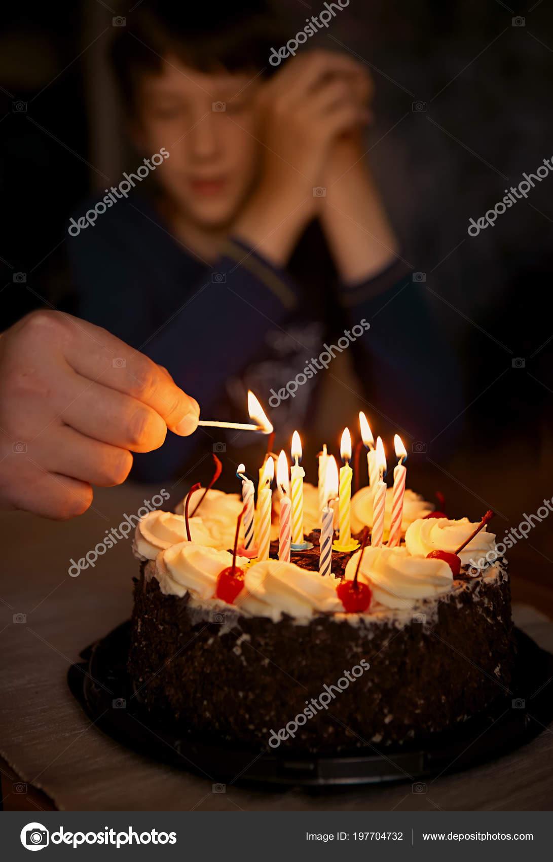 Они горят свечи на дне рождения праздничный торт с свечами.