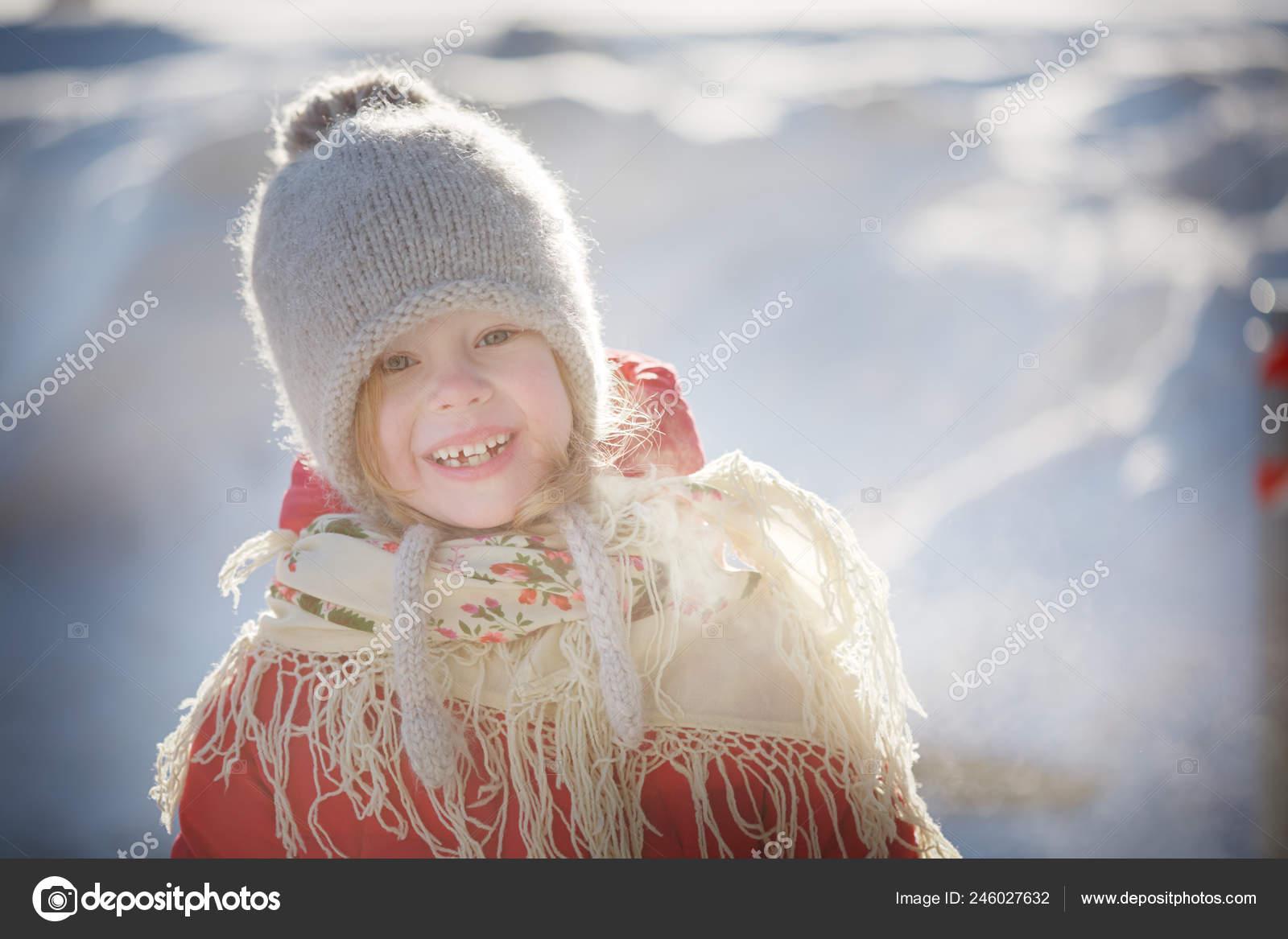 жизнерадостная девочка вязаная шапка красный пальто красивый платок