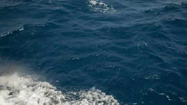 Klidná hladina vody jako zaostřená struktury pozadí