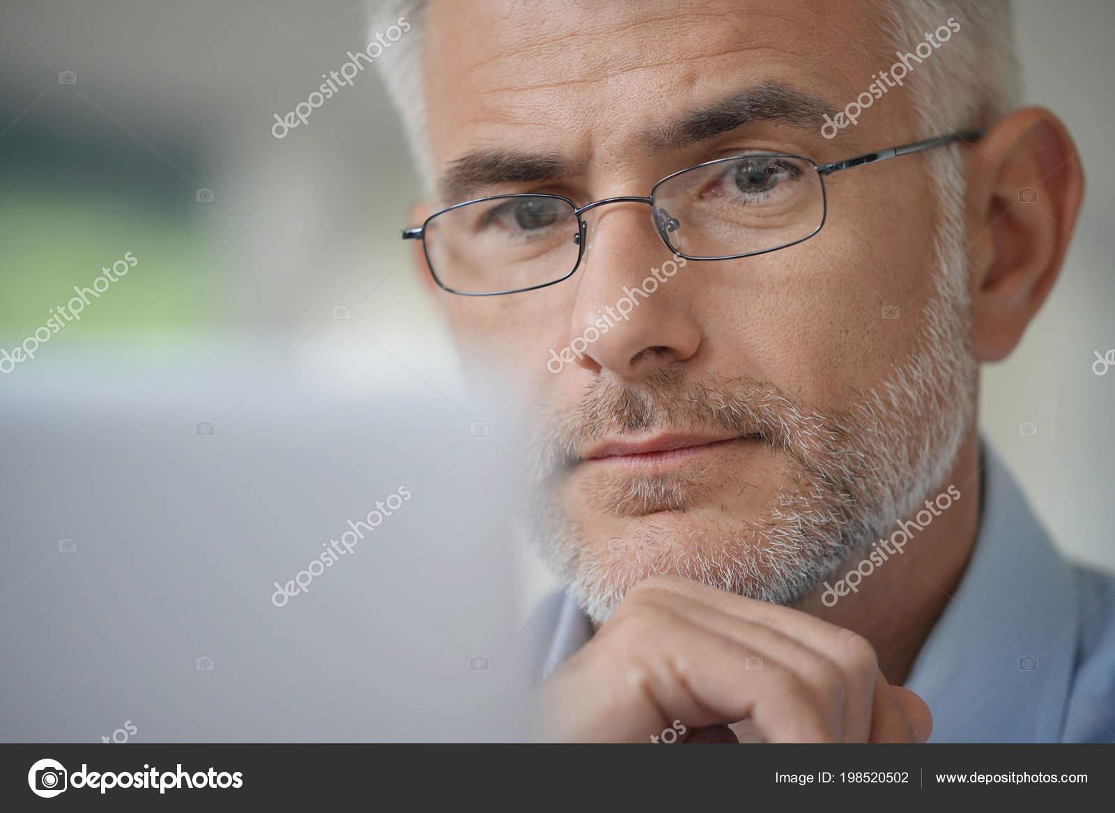Porträt Von Mittlerem Alter Mann Mit Brille Und Graue Haare