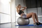 Fotografie Sportliche Frau tun Liegestütze mit Fitness-ball