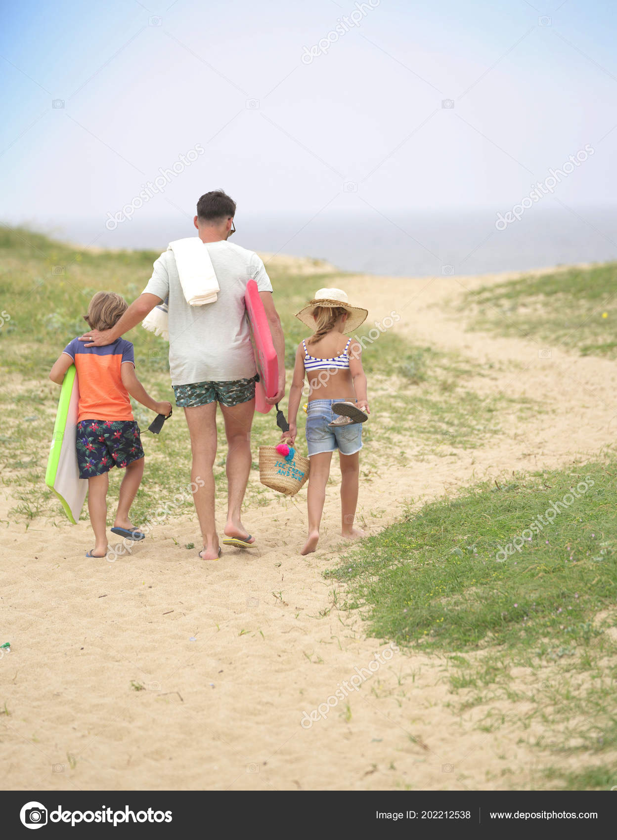 family walking beach sand dune path fotografias de stock goodluz