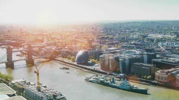 Moderní kancelářská budova mrakodrapy se skleněnou fasádou v městě Londýn v blízkosti řeky Temže