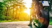 motorka na lesní cestě na koni. Bavíte se jízdy na prázdné silnici na motocykl turné cestu. Copyspace pro váš individuální text