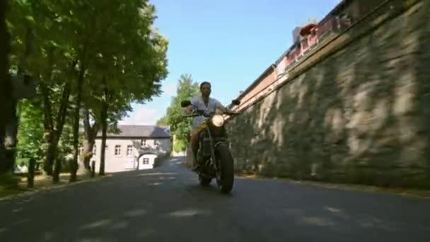 Motocykl na silnici na koni. Baví jízda na prázdné silnici na motocykl tour / cesta 4k.
