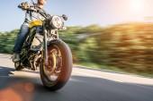 Fotografie Moderní scrambler motocykl na koni rychle rychlost lesní cestě. Bavíte se jízdy na prázdné silnici na motocykl turné cestu. Copyspace pro váš individuální text