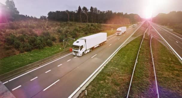 Prvým dokladem souvisejícím s přívěs nákladní disky přes prázdné silnici. Slunce svítilo na pozadí