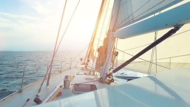 Velká plachetnice, když se za slunného dne po jeho osamělém obplavbě křižoval oceán přímo do soumraku.