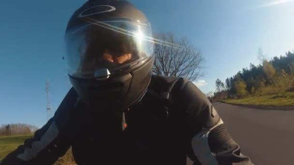 moderní motorický motocykl na jízdě po lesní silnici. zábava jízda po prázdné silnici na motocyklový výlet.