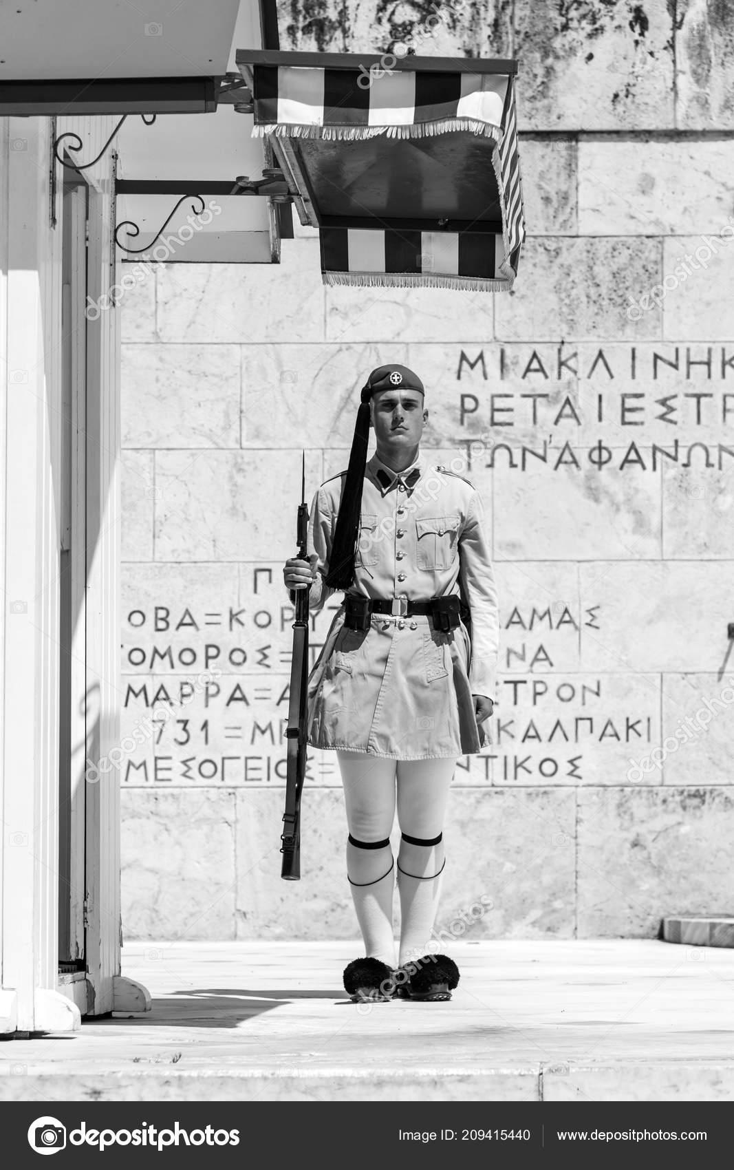 Atenas Grecia Julio 2018 Griego Soldados Evzones Vestidos