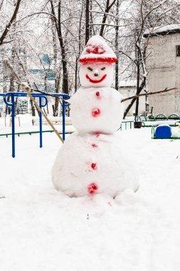 """Картина, постер, плакат, фотообои """"Снеговик на общественных городских двор в городе жилой район Москвы в пасмурный зимний день"""", артикул 200682540"""