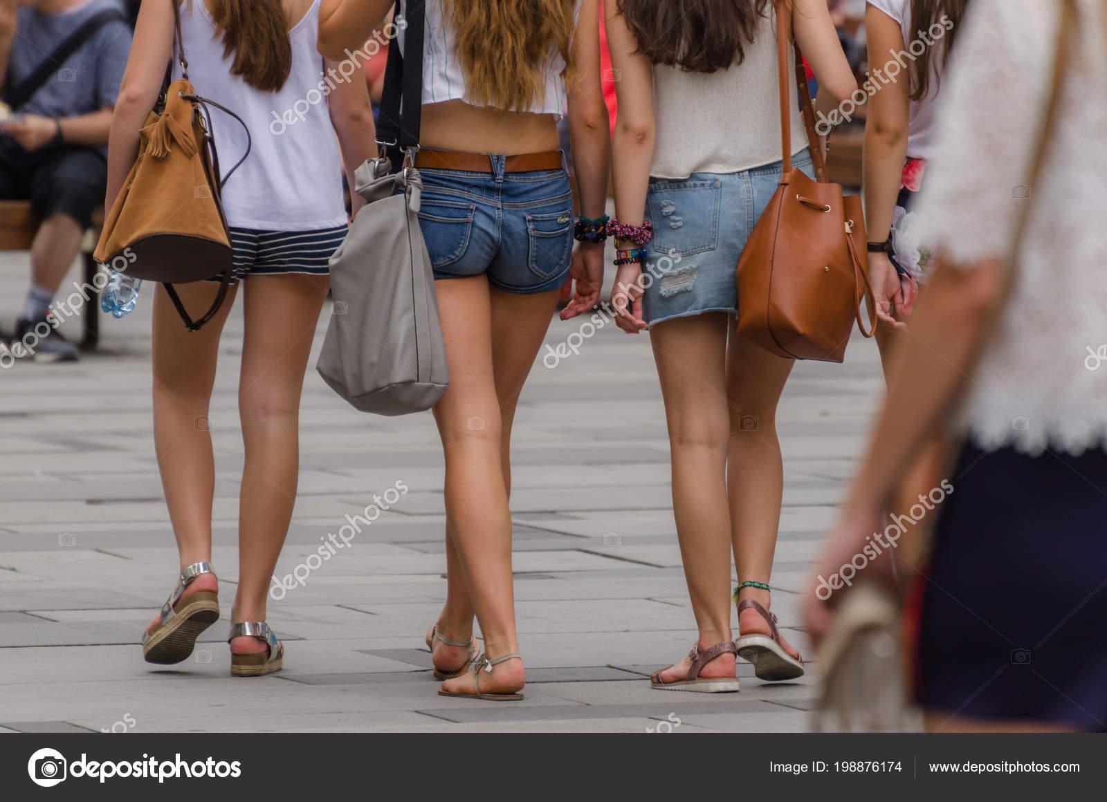 taglia 40 b5680 a90ab Tre Ragazze Con Pantaloncini Città Estate — Foto Stock ...