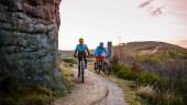 Cyklistické žena a muž na Beskydy lesní krajiny. Pár na koni Mtb enduro sledovat. Venkovní sportovní aktivity.