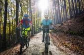 Cyklistické žena a muž na Beskydy jarní lesní krajina. Pár na koni Mtb enduro sledovat. Venkovní sportovní aktivity.